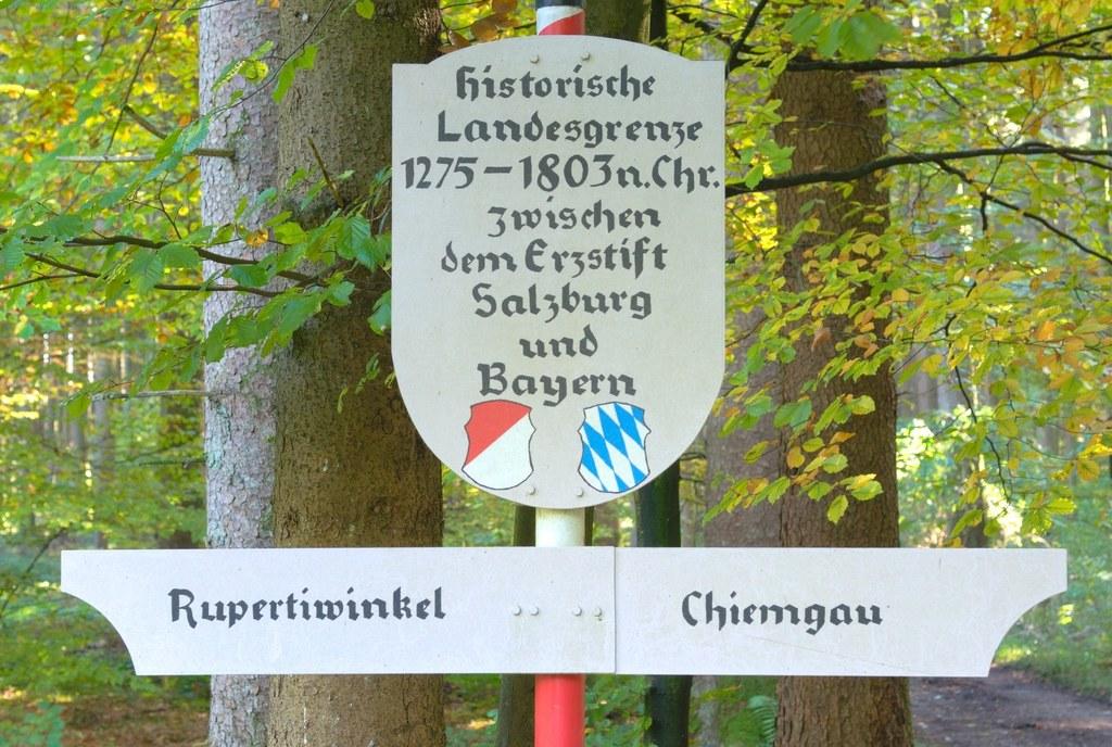 Eine Tafel weist heute auf die historische Grenze (1275-1803) zwischen dem ehema..
