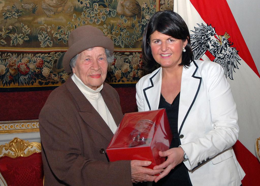 Burgstaller überreichte der Autorin Berta Wagner einen persönlich gewidmeten Ehrenbecher