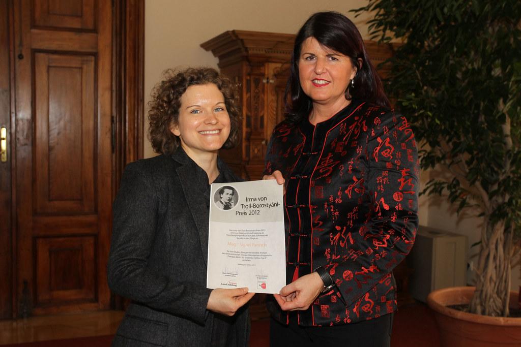 v. li: Preisträgerin Sigrid Panisch und LHF Mag. Gabi Burgstaller