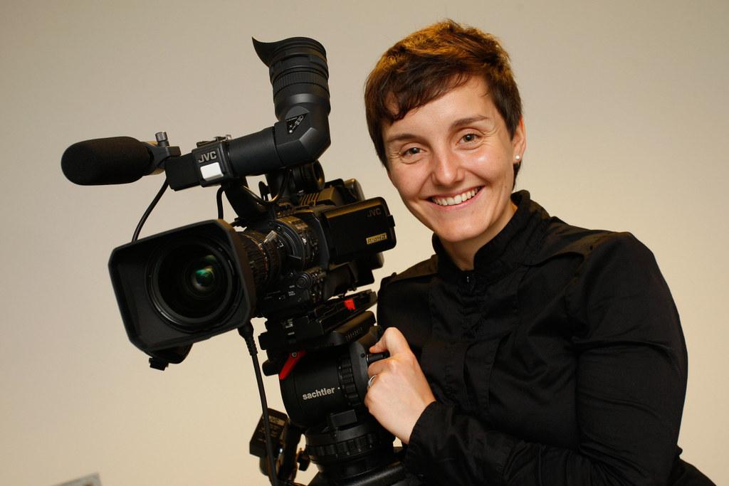 DI (FH) Sophie Huber ist mit der Kamera für das Landespressebüro unterwegs