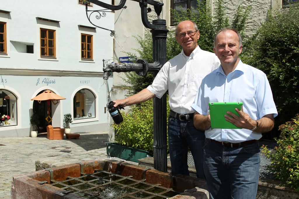 Bgm. Christian Stöckl und LR Sepp Eisl in Hallein am Oberen Markt beim Brunnen