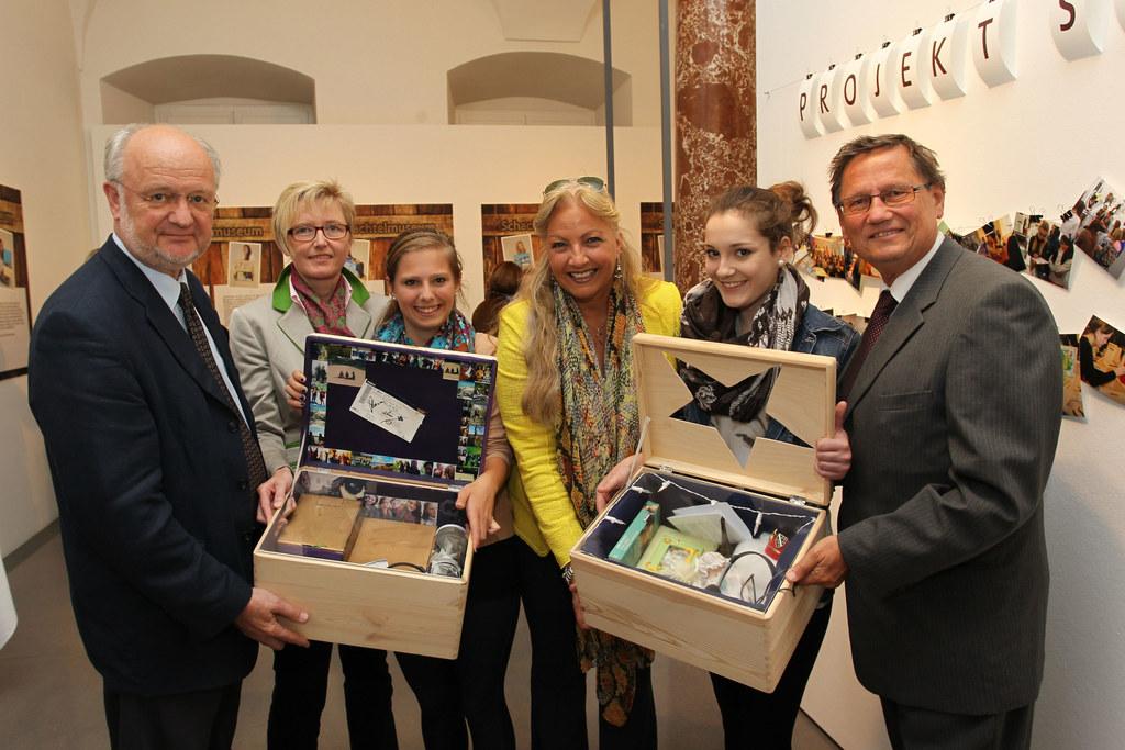 Im Bild v. li: Dir. Erich Marx, Berta Wagner, Schülerin Julia Gappmaier, Landesr..