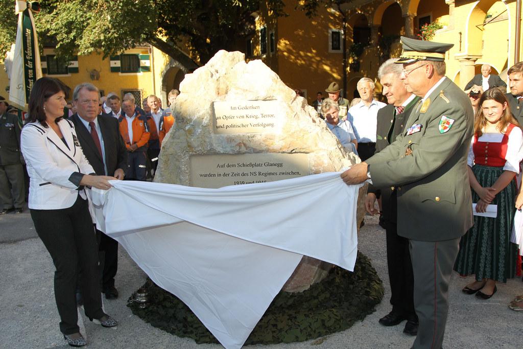 Enthüllung eines Gedenksteines für Nazi-Opfer in Glanegg