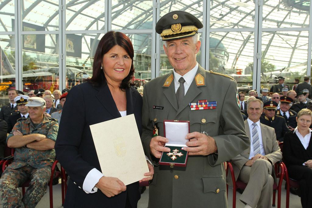 Überreichung des Ehrenzeichen des Landes an Brig. Karl Berktold