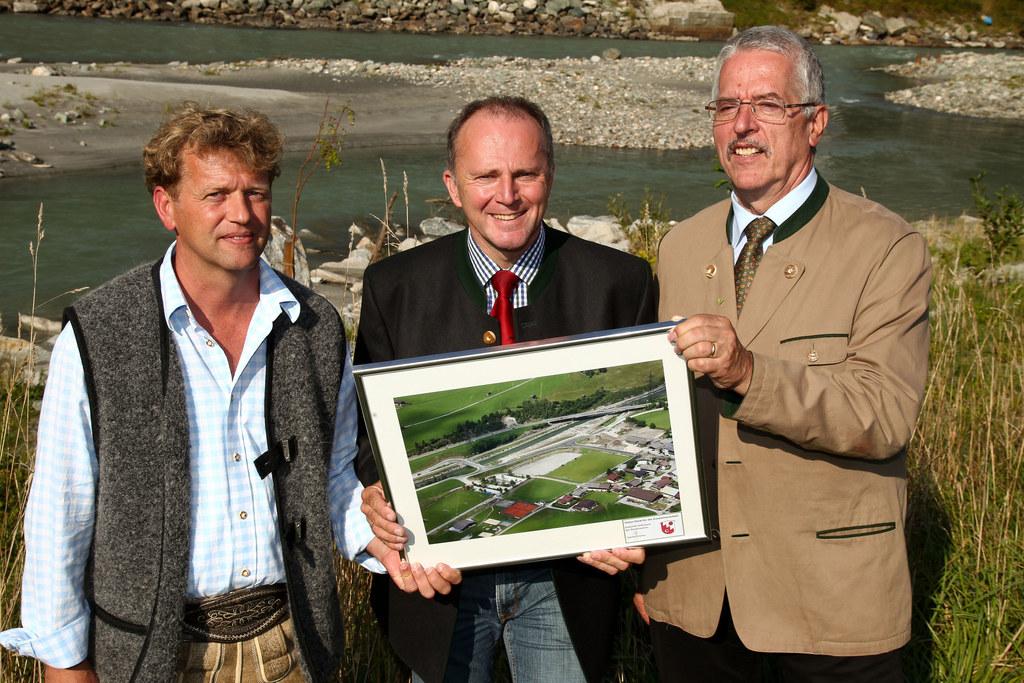 Hochwasserschutz Hollersbach. v.l.:  Bgm. Günter Steiner, LR Sepp Eisl und Sekti..