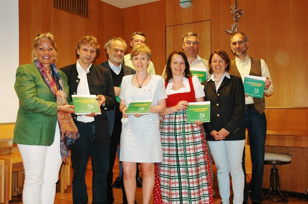 Übergabe der Dokumentation der Friedenstage an Landesrätin Tina Widmann