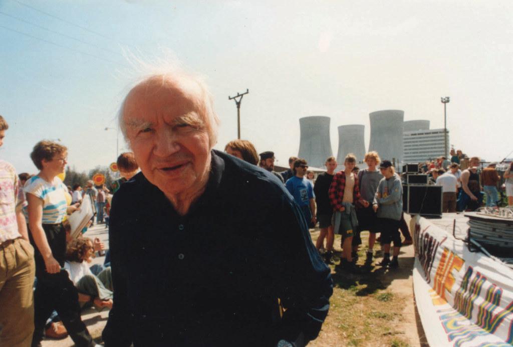 Robert Jungk bei einer Demonstration gegen das Atomkraftwerk Temelin im Jahr 199..