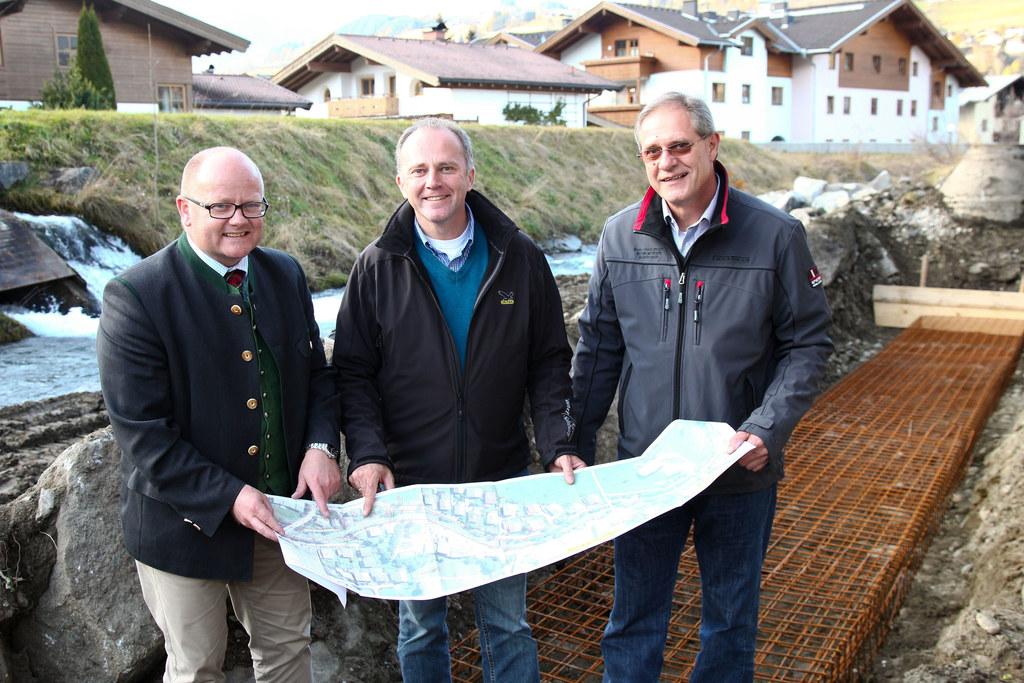 Hochwasserschutz Mittersill v.l.: Vize-Bgm. Volker Kalcher, LR Sepp Eisl und Obm..