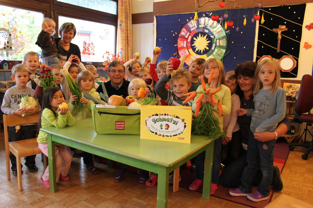 Gabriele Dürnberger (Kindergartenleiterin), Landesrat Dipl.-Ing. Dr. Josef Schwa..