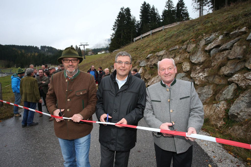 v.li: Johann Rehrl, OM Güterweg Karalm, LR Dr. Josef Schwaiger, Bgm. Johann Queh..