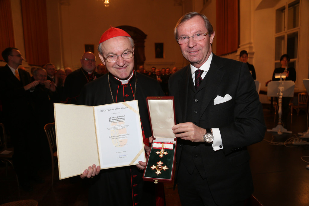Landeshauptmann Dr. Wilfried Haslauer bei der Überreichung des Großkreuzes des E..