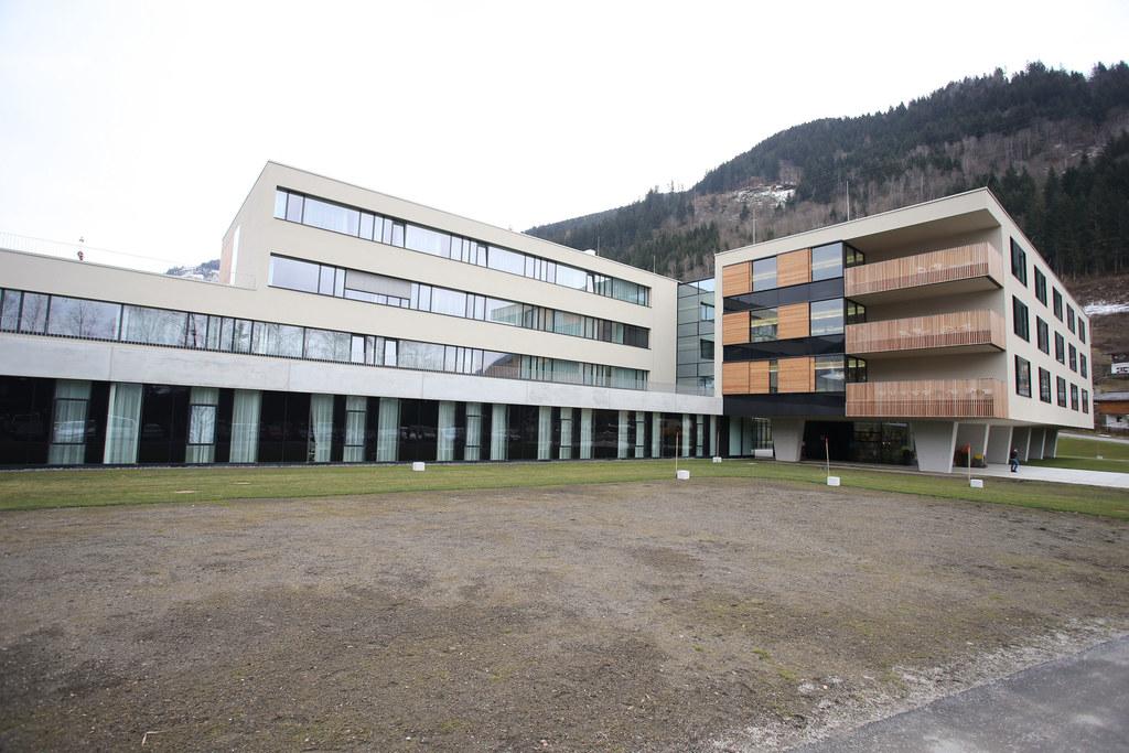 Das Tauernklinikum  mit den Standorten Zell am See (hier nach dem Umbau 2014) un..