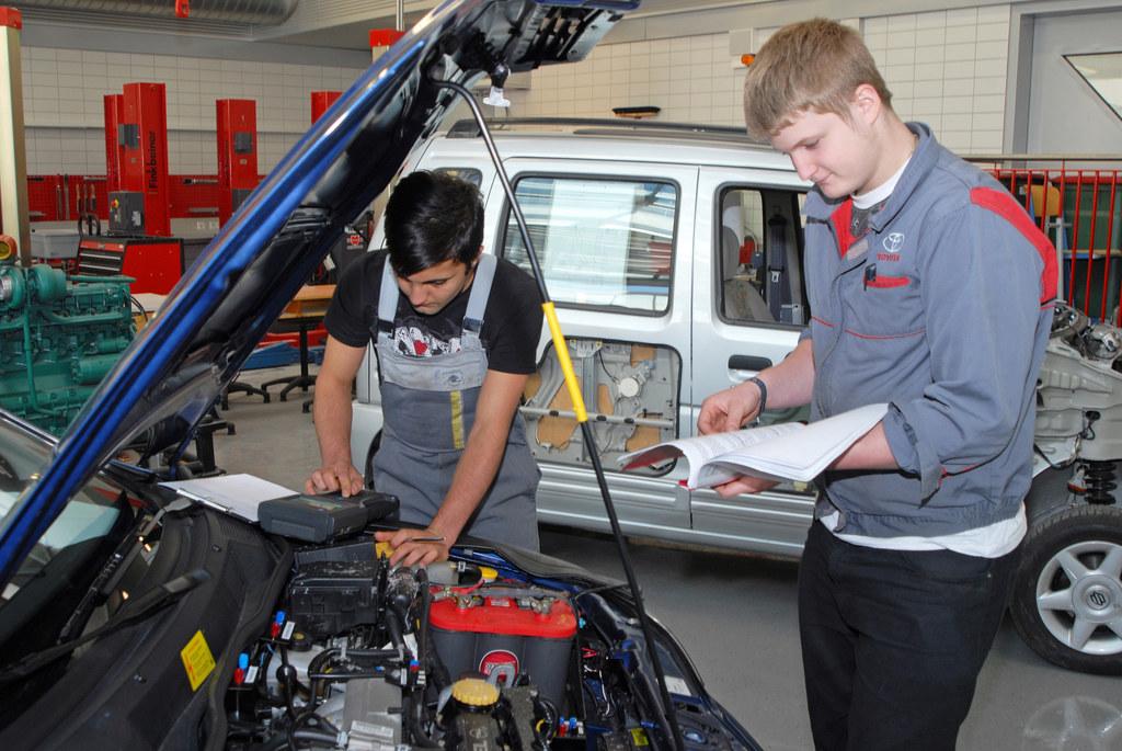 Kraftfahrzeugtechnik gehört nach wie vor zu den beliebtesten Lehrberufen.