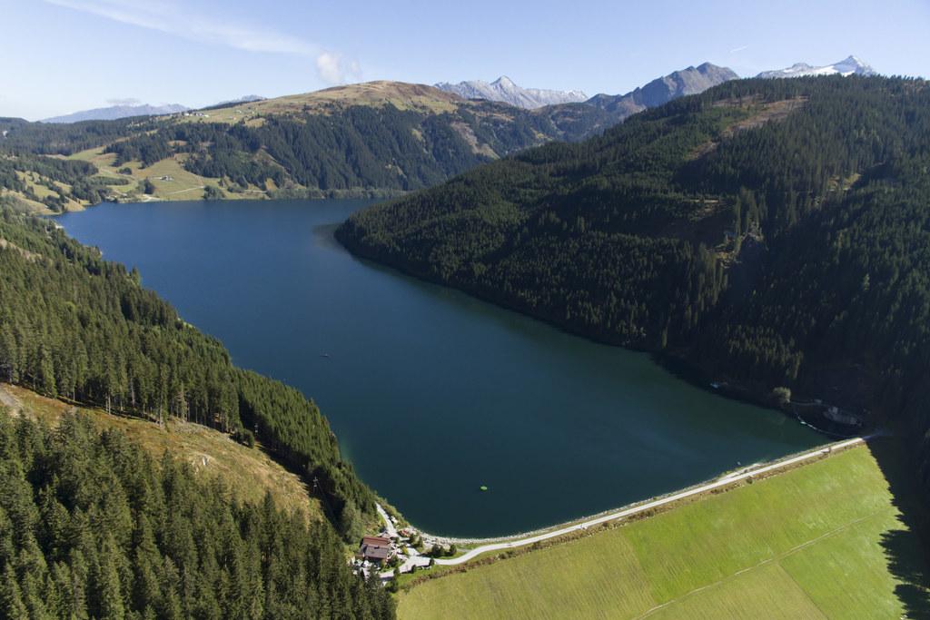 Die Landesgrenze zwischen Tirol und Salzburg verläuft durch den Speichersee Durl..