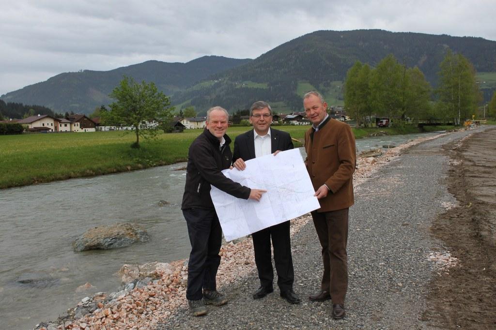 Bild v.li.: Robert Loizl (Schutzwasserwirtschaft Land Salzburg), Landesrat Dipl...