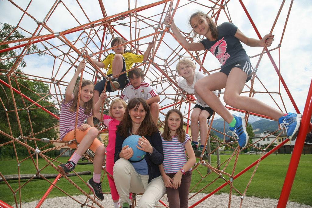 LR Martina Berthold mit Kindern der Volksschule Oberalm