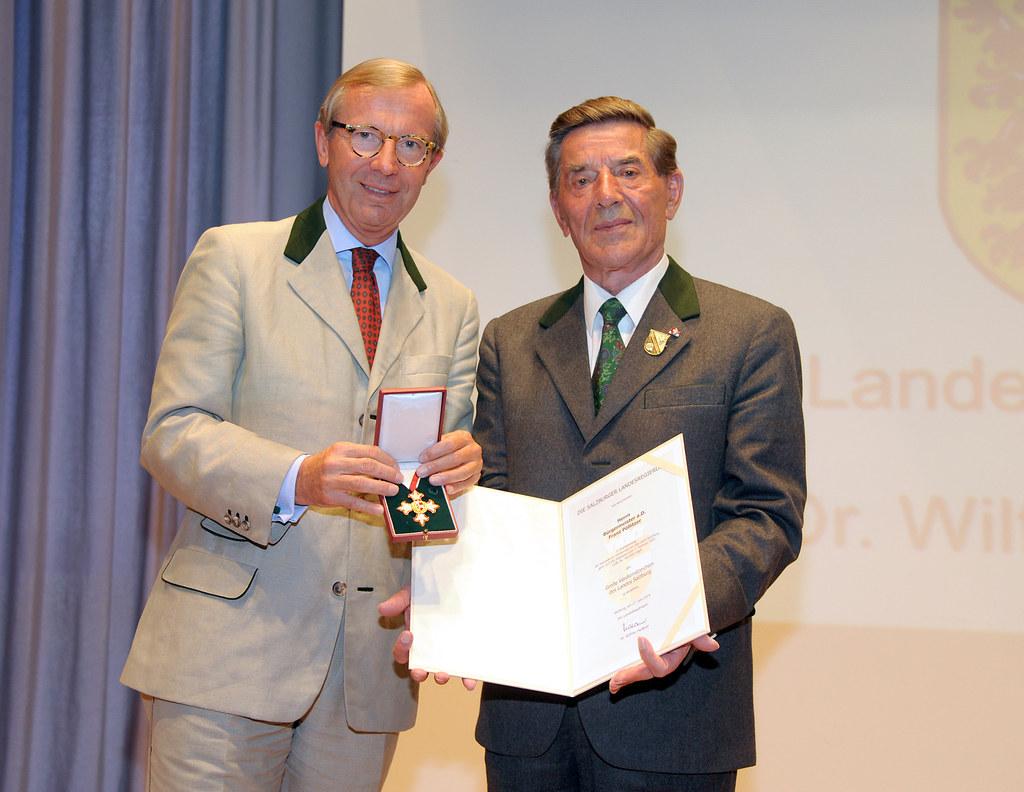 Landeshauptmann Dr. Wilfried Haslauer mit Alt-Bürgermeister Franz Pöllitzer aus ..