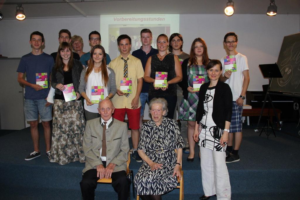 Landesrätin Mag. Martina Berthold gratuliert 16 Schülerinnen und Schülern des BG..