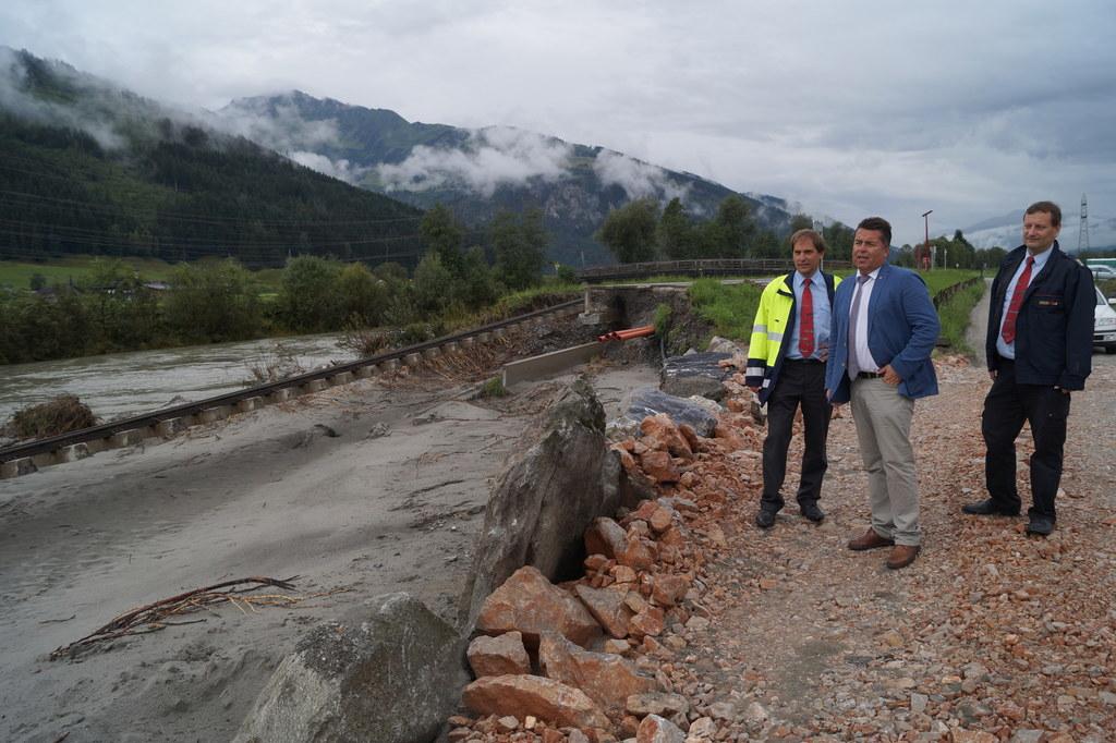 Verkehrsdirektor der Salzburg AG DI Peter Brandl, Landesrat Hans Mayr und Betrie..