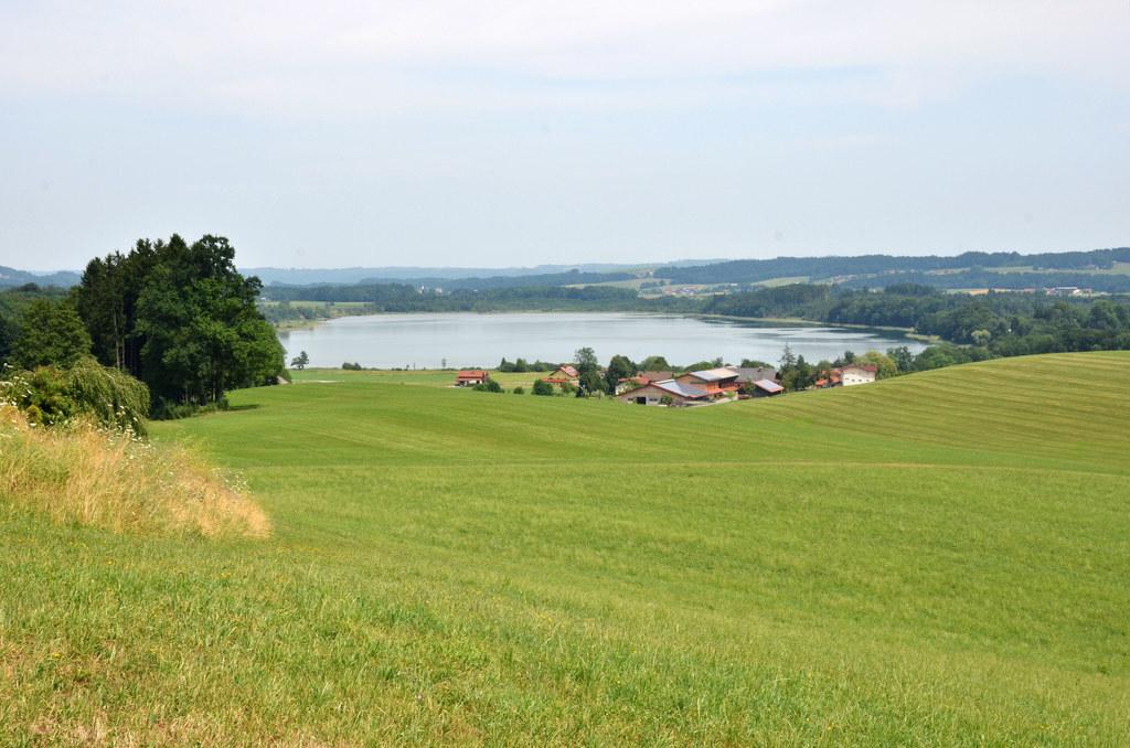 Royaler Nachklang im Seenland: Der Grabensee in der Gemeinde Berndorf gehört lau..