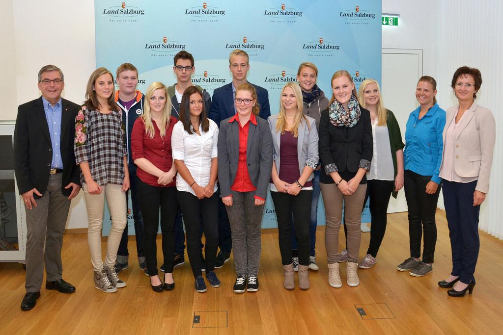 Landesrat Dipl.-Ing. Dr. Josef Schaiger, die neuen Lehrlinge und Barbara Haberl