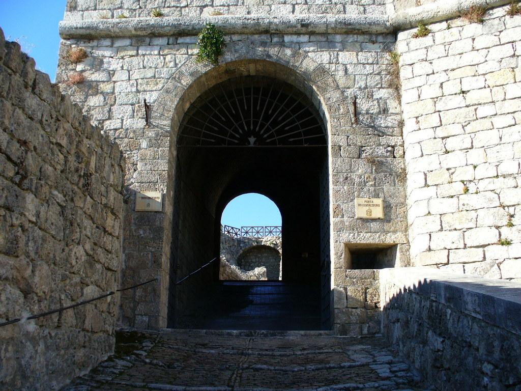 Besucher der Festung von Civitella del Tronto schreiten heute durch eine
