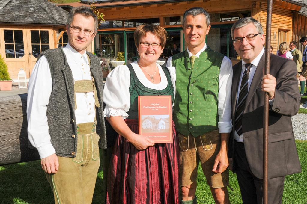 Historiker und Chronik-Autor Direktor Klaus Heitzmann, Roswitha und Leonhard Pro..