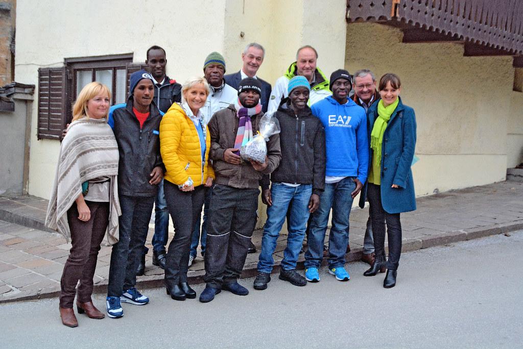 Die Asylwerber mit der Betreuerin Claudia Heim (ganz li.), Sonja Ottenbacher (3...