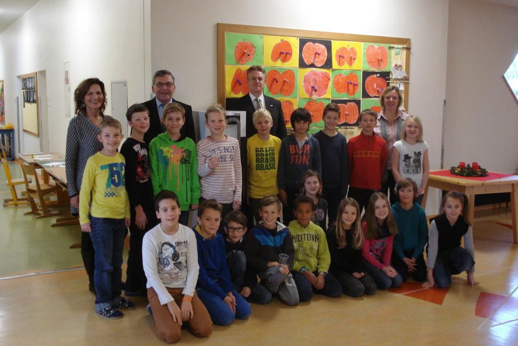 Kinder der 4c Volksschule Seekirchen mit Jutta Willinger, Landesrat DI Dr. Josef..