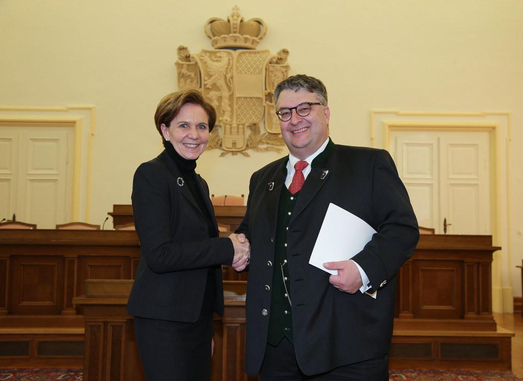 Landtagspräsidentin Dr. Brigitta Pallauf und Rechnungshofdirektor Mag. Ludwig Fr..