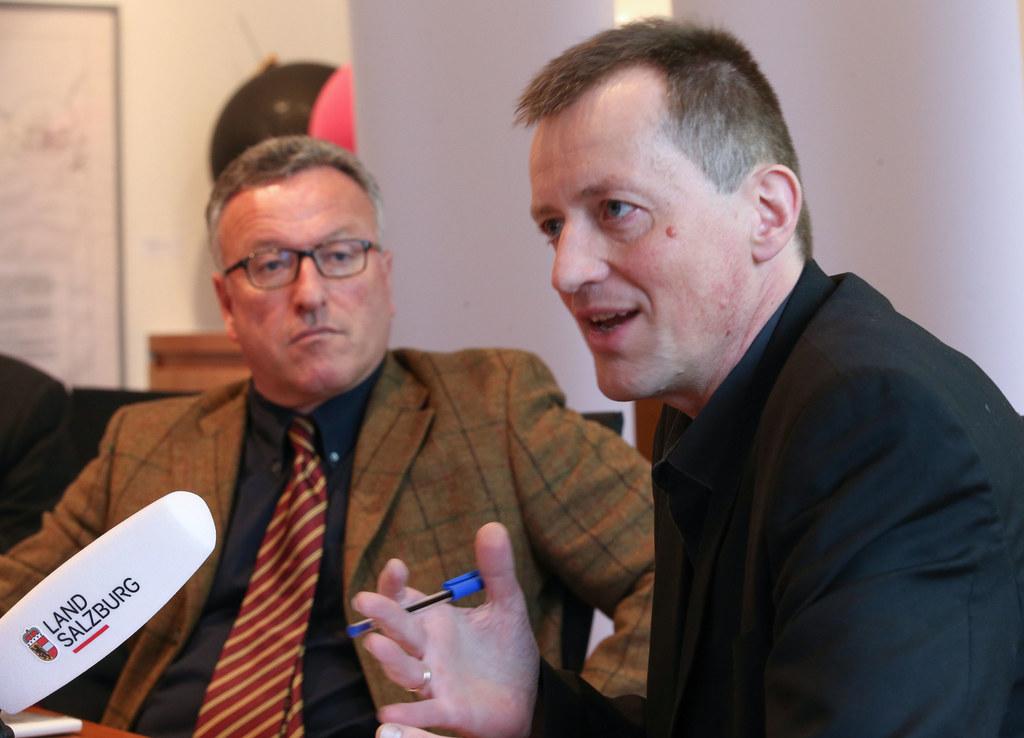 LR Dr. Heinrich Schellhorn und Dr. Roland Ellmer, Leiter des Referates für Kinder- und Jugendhilfe des Landes Salzburg