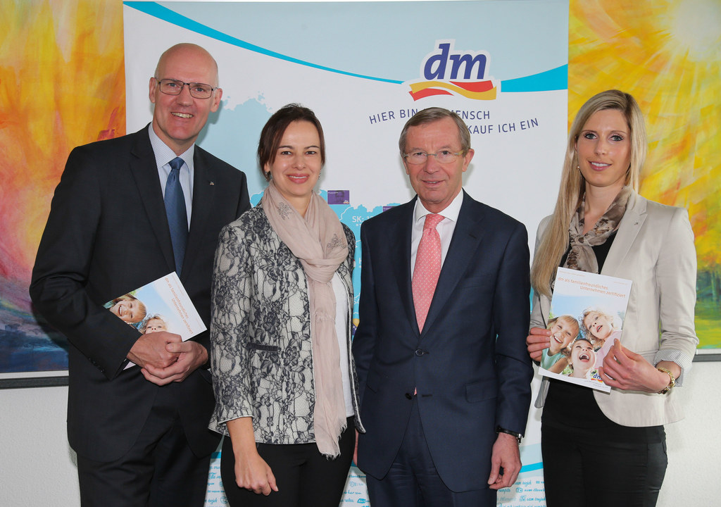 Martin Engelmann Vorsitzender der dm Geschädftsführung, Bundesministerin Dr. Sop..