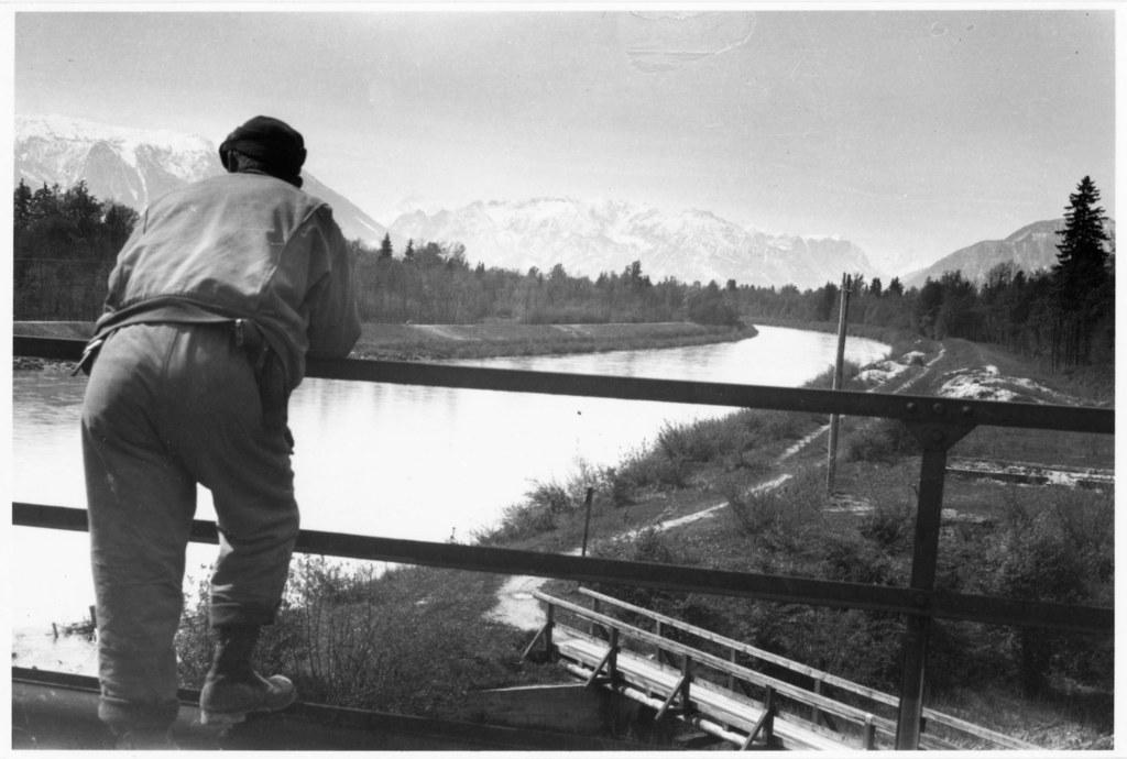 Ein amerikanischer Soldat blickt am 4. Mai 1945 von der Eisenbahnbrücke über die..