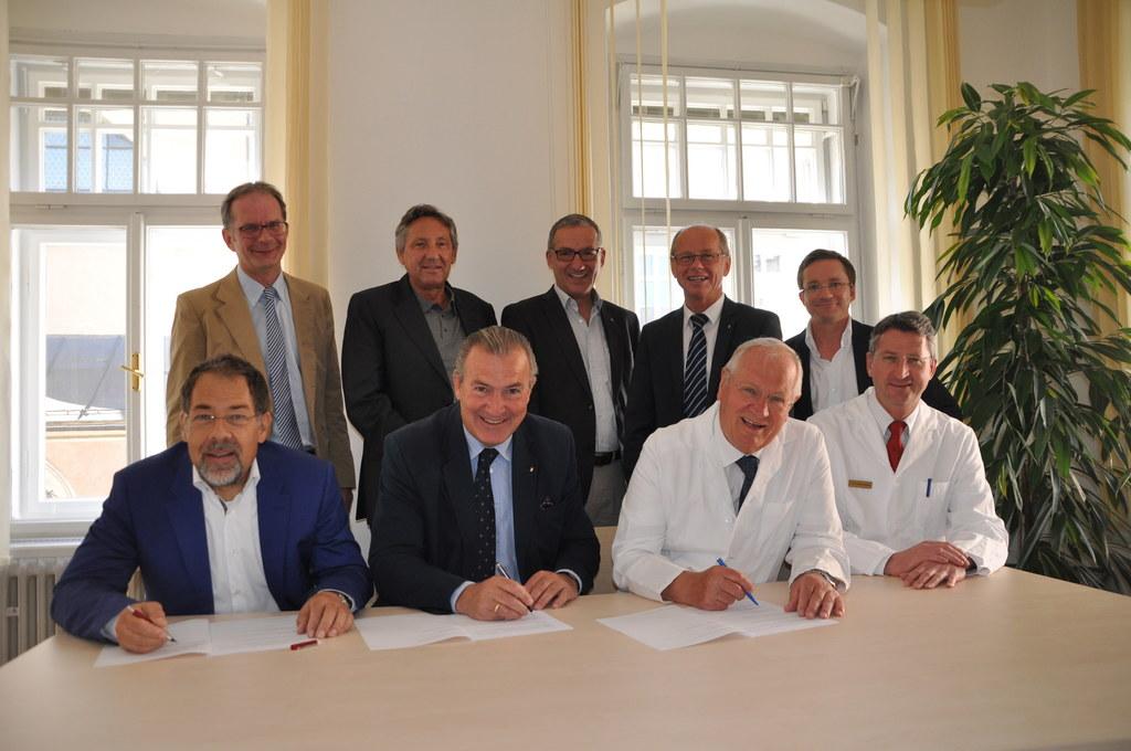 Vertragsunterzeichnung mit Spitals- und Gesundheitsreferent Christian Stöckl