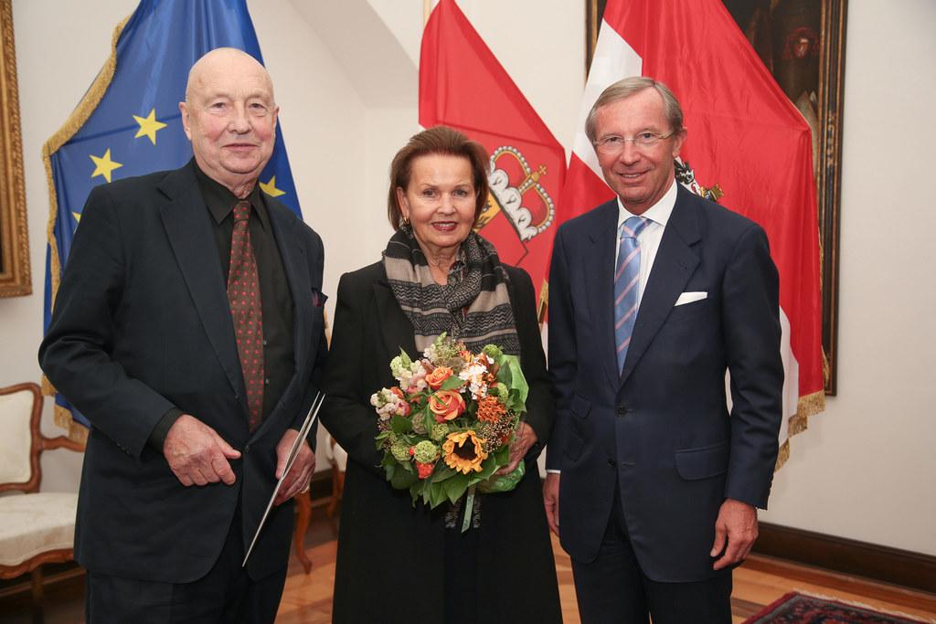 Prof. Georg Baselitz, Johanna Elke Kern und Landeshauptmann Dr. Wilfried Haslaue..