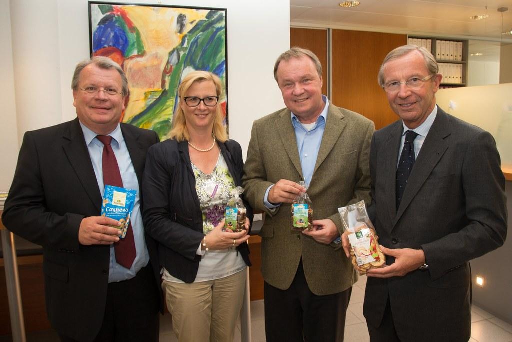 Im Bild v.l.: Richard Hemetsberger, Petra und Christian Winzer und Landeshauptma..