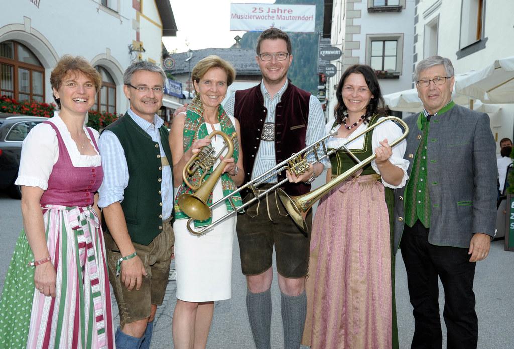 Angelika Reichl (Sbg. Heimatverein), Toni Gmachl (langjähriger Leiter der Musizi..