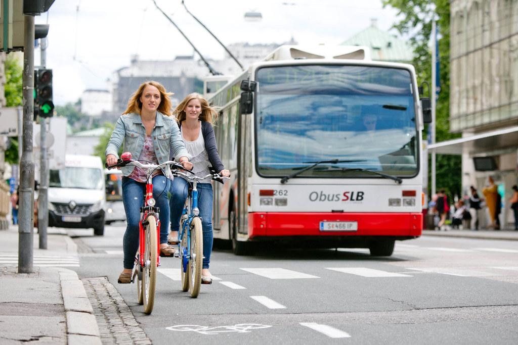 Radfahren, starke öffentliche Verkehrsmittel und auch zu Fuß gehen verbessern di..