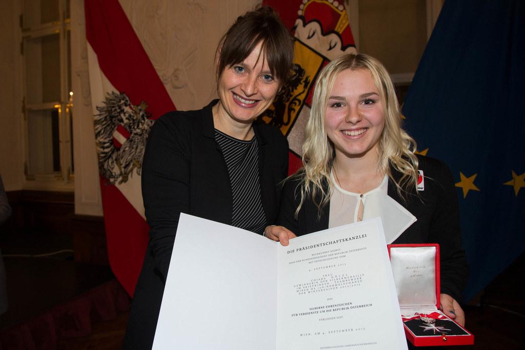Landesrätin Mag. Martina Berthold und Skispringerin Chiara Hölzl