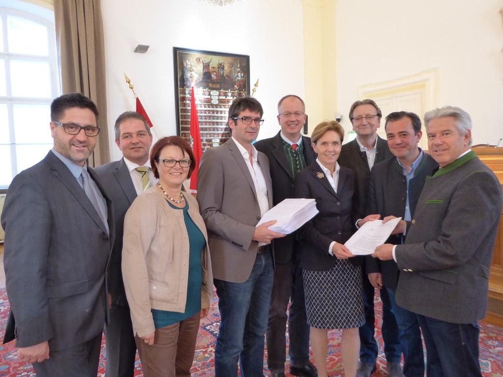 Landtagspräsidentin Dr. Brigitta Pallauf übernimmt die Petition für eine Initiat..