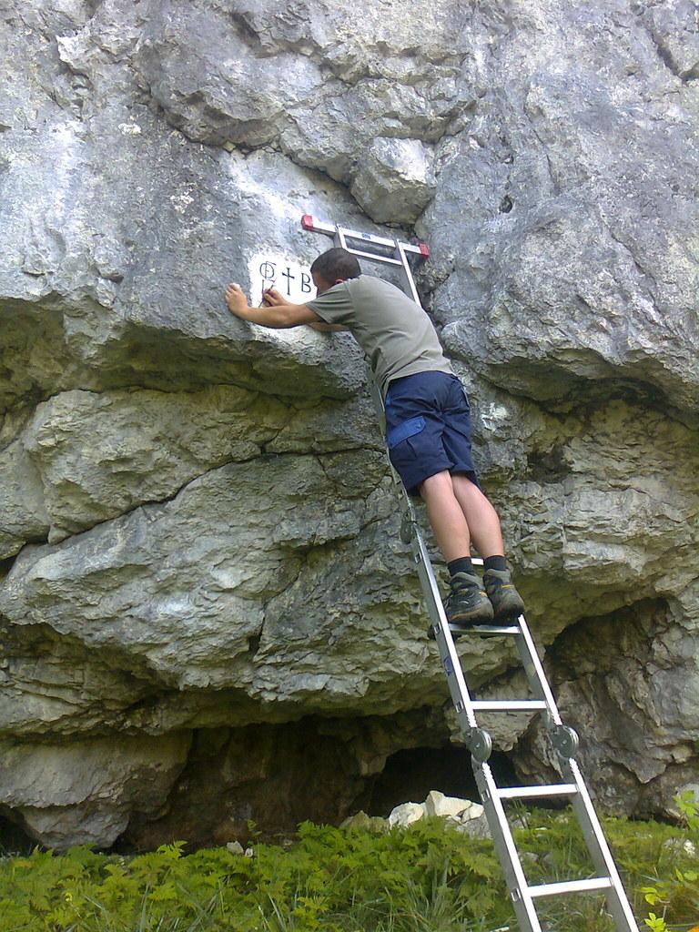 Auf Felsen wird das Grenzzeichen eingraviert