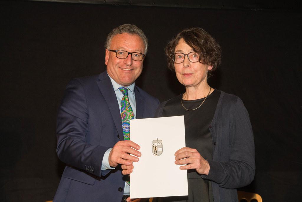Landesrat Heinrich Schellhorn und Mirjam Eich (Tochter der Preisträgerin)