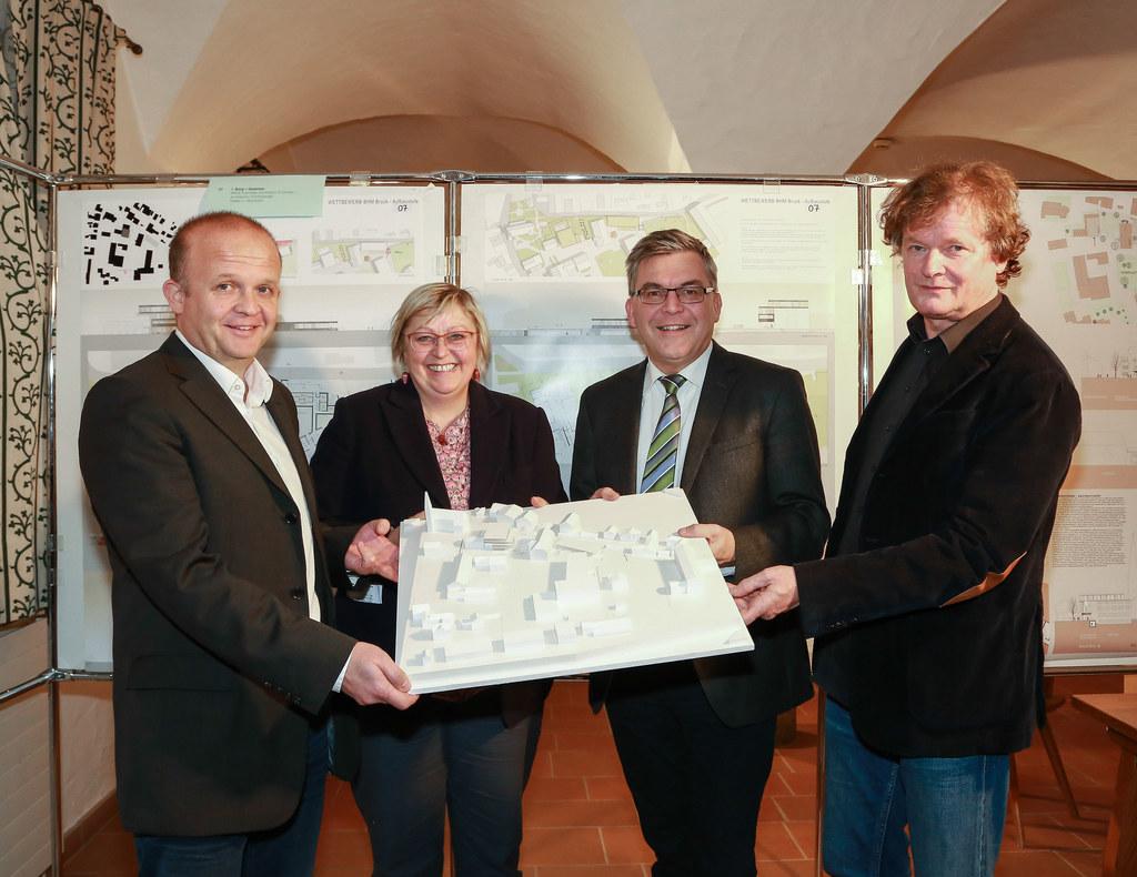 Architekt Martin Schönberger (Gewinner), Ulrike Winding (Direktorin HWS Bruck), ..