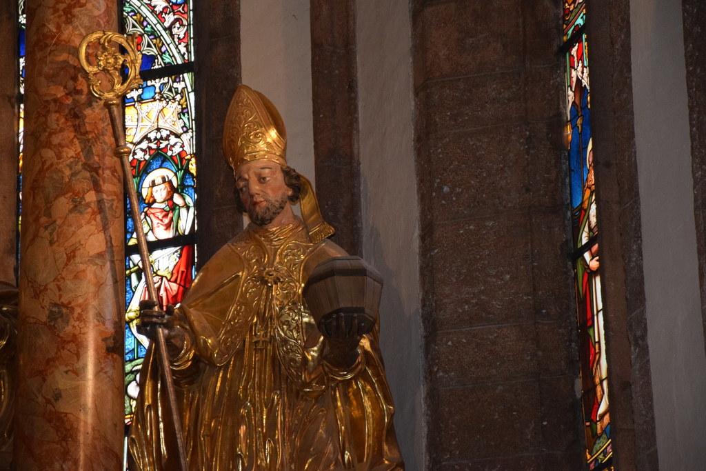 Der Heilige Rupert mit dem Salzfass flankiert den Hochaltar des Doms von Maria S..
