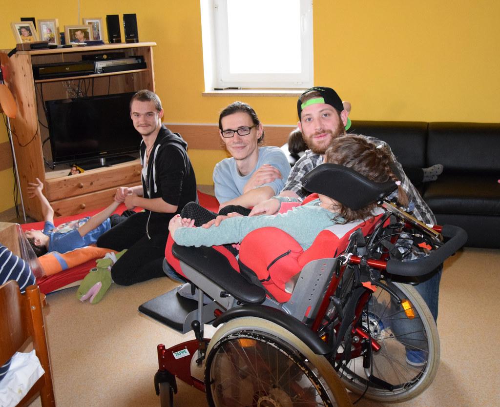 Daniel Danko, Paul Zemann und Florian Elsenwanger mit Bewohnern des Konradinums