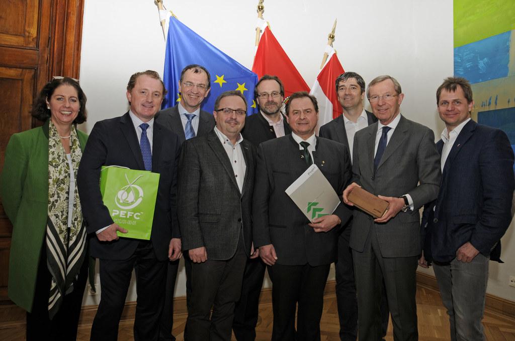 v.l.n.r.: Hermine Hackl (FHP-Generalsekretärin), Hans Grieshofer (PEFC Obmann), ..