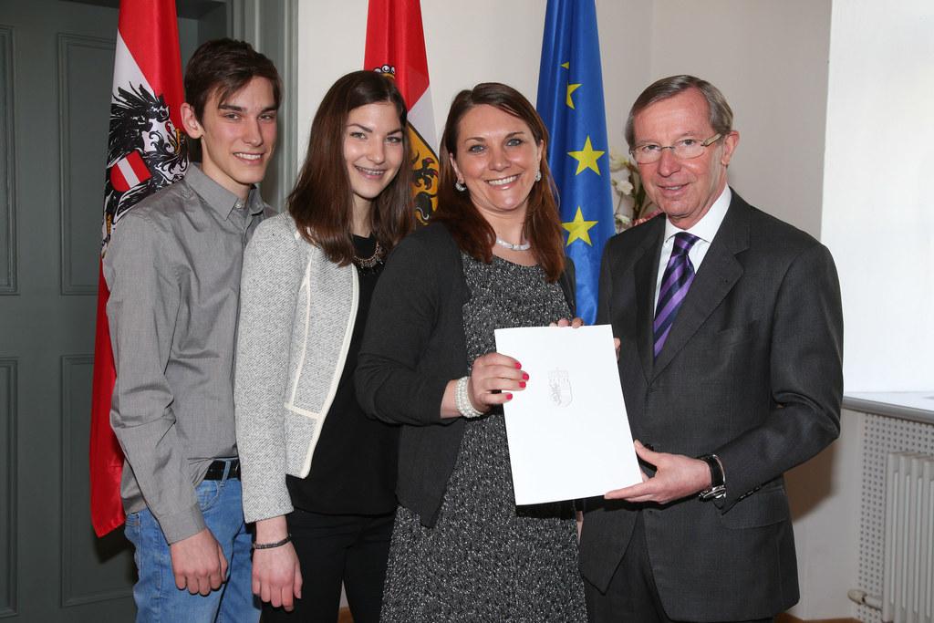 Eddi, Iris, Mutter Halida Fatkic und LH Wilfried Haslauer