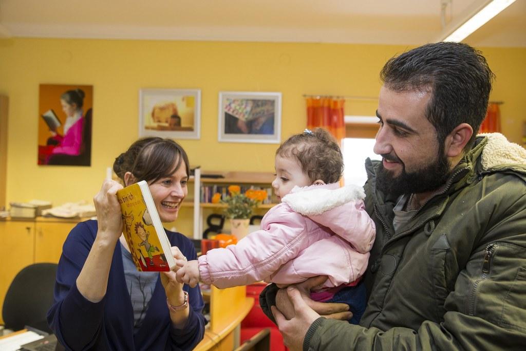 Landesrätin Martina Berthold beim Besuch in der Gemeindebibliothek Michaelbeuern