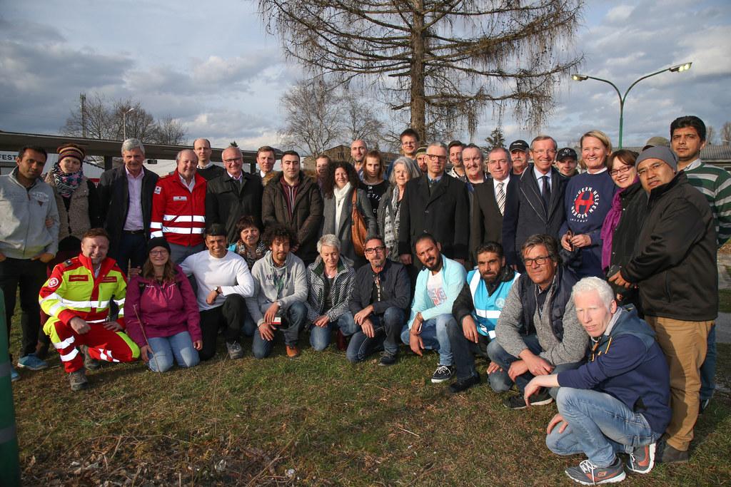 Freiwillige Helferinnen und Helfer mit LH Wilfried Haslauer, LR Martina Berthold..