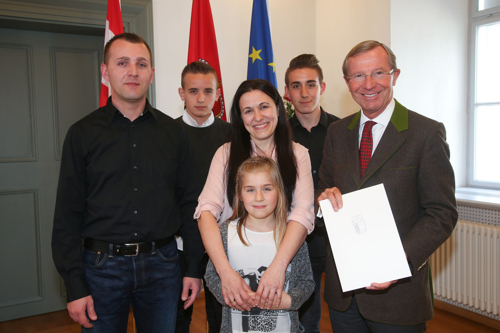 Selmir, Selver, Sadina, Hana, Semir Beganovic und LH Wilfried Haslauer